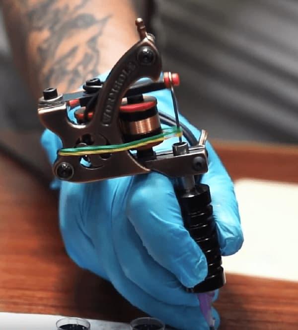 set up tattoo gun
